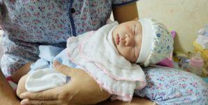 Bé gái hơn 10 ngày tuổi bị bỏ rơi ở Hà Nội cùng lá thư đẫm nước mắt