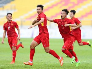 FOX Sports ghi nhận ấn tượng từ Đoàn Văn Hậu và Hà Đức Chinh