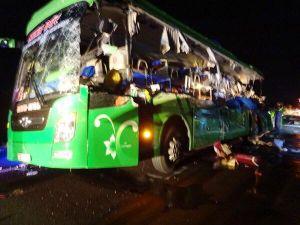 Xe đầu kéo tông xe khách, 5 người chết thảm trong đêm