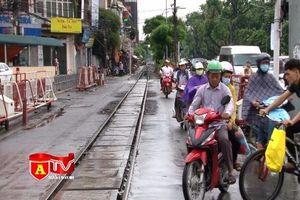 Bất chấp nguy hiểm, người tham gia giao thông vẫn vi phạm an toàn đường sắt