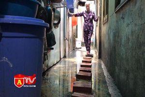 Hàng chục hộ dân ngõ 70 Hàng Bạc sống chung với úng ngập