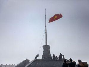 Chiêm ngưỡng lá cờ Việt Nam tung bay trên 'Nóc nhà Đông Dương'