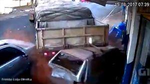 Lùi xe bất cẩn, siêu tải ủi ô tô húc sập cửa hàng