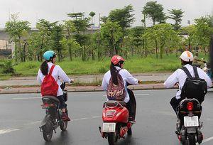 Nhiều học sinh điều khiển xe đạp, xe máy điện như 'hung thần' trên phố