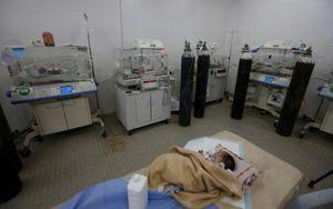 Xúc động hình ảnh trẻ em sinh ra giữa đống đổ nát ở bệnh viện Mosul