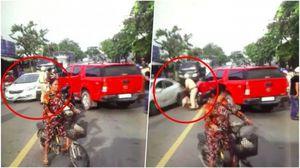 Clip: Ôtô trắng lao vào đám đông để giải cứu bạn bị CSGT tóm