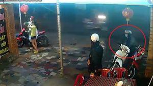 Nhóm thanh niên dàn cảnh trộm xe máy trong tích tắc