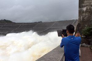 Háo hức chụp hình, xem Thủy điện Hòa Bình mở cửa xả đáy