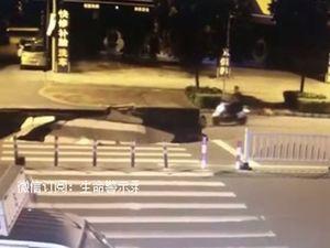 Bị 'hố tử thần' nuốt chửng vì vừa đi xe máy vừa dùng điện thoại