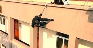 Clip: Tân binh đặc nhiệm luyện đu dây, leo tường chống khủng bố