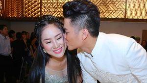 Chồng trẻ kém 7 tuổi liên tục hôn Lê Phương trong tiệc cưới ở Sài Gòn