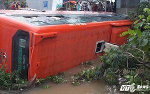 Xe khách Phương Trang lật dưới mương nước, nhiều người mắc kẹt bên trong
