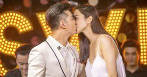 Kim Cương rụt rè hôn môi mừng sinh nhật Ưng Hoàng Phúc