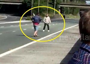 Vì kẹt xe, hai người đàn ông đem quần vợt ra đánh giữa đường cao tốc