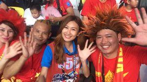Cổ động viên Việt Nam đội mưa tham dự khai mạc SEA Games 29