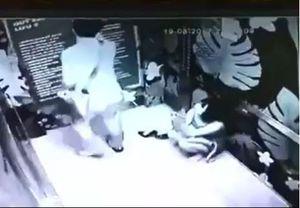 Clip đôi nam nữ phải nhập viện vì bị kẹt trong thang máy ở Hà Nội suốt 30 phút