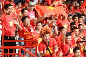 CĐV phủ đỏ khán đài cổ vũ tuyển nữ Việt Nam