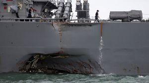 Clip cận cảnh chiến hạm hùng dũng của Mỹ méo mó sau cú đâm ngang sườn