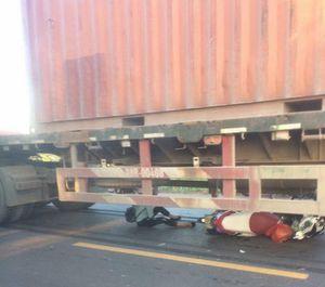 Cô gái Bắc Giang tưởng chết thảm chui ra từ gầm container, cả đường vỗ tay