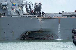 Cận cảnh lỗ thủng trên khu trục USS John S. McCain sau khi đâm tàu chở dầu
