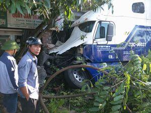 Đánh lái tránh đè lên người bị nạn, xe container tông sập nhà dân