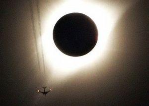 Khoảnh khắc Mặt Trời biến mất trên bầu trời Mỹ