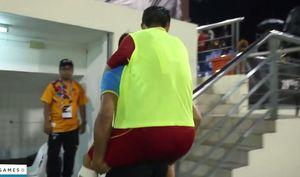 Cầu thủ U22 chấn thương, nhờ đồng đội cõng rời sân Selayang