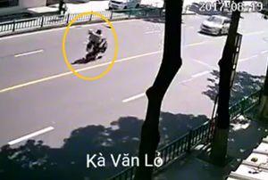 Clip: Phanh gấp bằng thắng đĩa, 3 người ngồi trên xe tay ga ngã lộn nhào ra đường