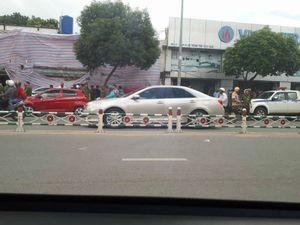 Người đàn ông đập phá hàng loạt ô tô ở Sài Gòn