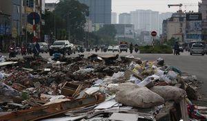 Rác thải chất núi giữa đường 'cong mềm mại' ở Thủ đô: Công an lên tiếng