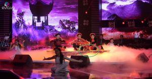 Tình huống hy hữu: Đang biểu diễn như lên đồng, Đoan Trang vô tình đá văng micro