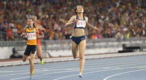 Xem bước chạy xé gió của Lê Tú Chinh trên đường chạy 200m