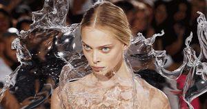 Những chiếc váy bằng kim loại, nhựa có một không hai