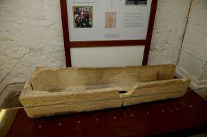 Du khách làm vỡ quan tài 800 năm tuổi