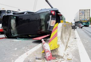 Xe đầu kéo container đâm lật nghiêng xe 4 chỗ, nhiều người thoát chết