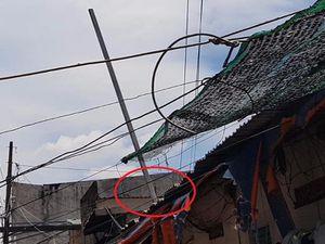 Thanh sắt từ dự án căn hộ cao cấp rơi thủng nhà, 2 mẹ con thoát chết