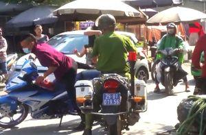 Chân dài xăm trổ và bạn trai đánh tài xế, phá taxi, bỏ trốn khi thấy CSGT Hà Nội