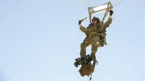 Lính dù Mỹ đâm đầu vào tường khi biểu diễn