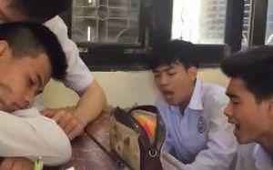 Nhóm học sinh hát 'Em trai mưa' an ủi lớp trưởng thất tình