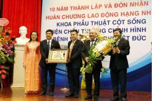 Khoa Phẫu thuật Cột sống - Viện chấn thương chỉnh hình BV Việt Đức đón nhận HCLĐ hạng Nhì
