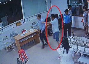 Vụ nữ bác sỹ bị đánh: Kiểm điểm Chủ tịch phường cầm ghế