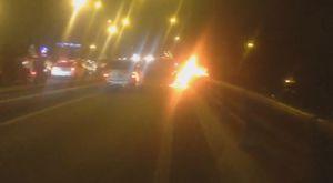 Xe máy bốc cháy dữ dội khi đang chạy trên cầu