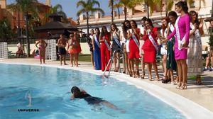 Mải tạo dáng, thí sinh Hoa hậu hoàn vũ rơi xuống hồ bơi