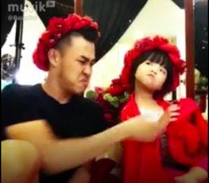 Cặp đôi bố con 'náo loạn' mạng xã hội với clip hài triệu view