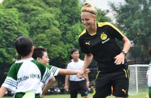 Học sinh Sài Gòn hào hứng chơi bóng cùng nữ HLV Dortmund