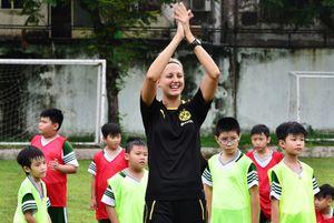 Nữ HLV Dortmund tạo không khí sôi động trên sân tập cùng trẻ nhỏ