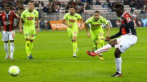 Nice 2-2 Angers: Balotelli giải cứu chủ nhà