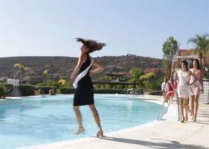 Clip sự cố thí sinh hoa hậu bị ngã xuống bể bơi