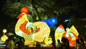 Đèn lồng gà khổng lồ diễu hành trên phố đi bộ