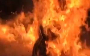 'Dậy sóng' cảnh người phụ nữ đốt xe tay ga, phát ngôn bừa bãi